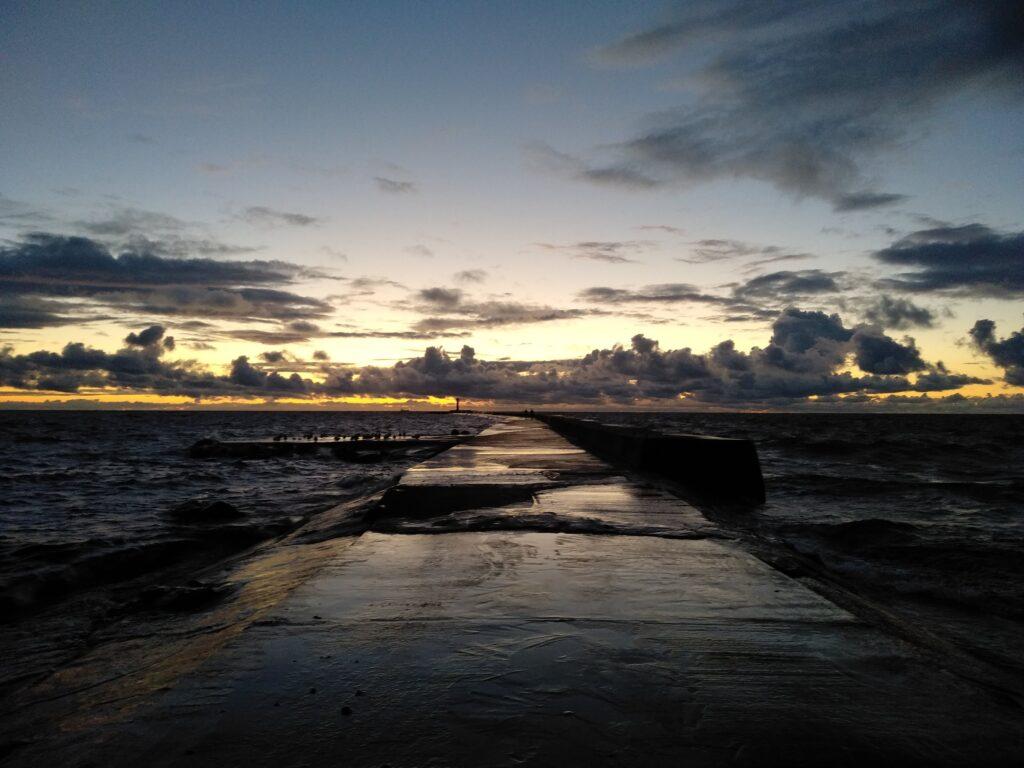 Mangaļsalas mols saulrietā www.brivdienam.lv